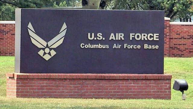 Avião militar despenha-se no Mississippi. Passageiros sobreviveram