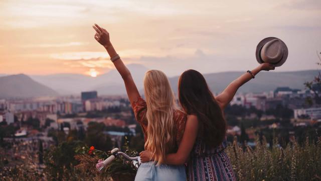 Truques e dicas para conhecer pessoas quando viaja sozinho