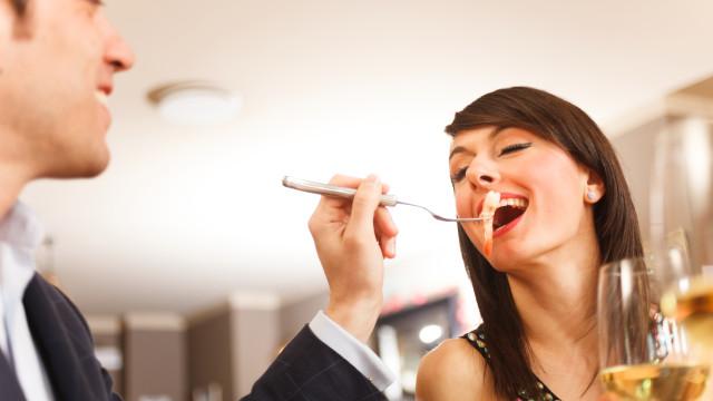 Casais que comem marisco fazem mais sexo e engravidam mais rápido