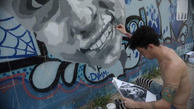 #ParedesQueBuscan: Murais com graffiti para procurar crianças perdidas