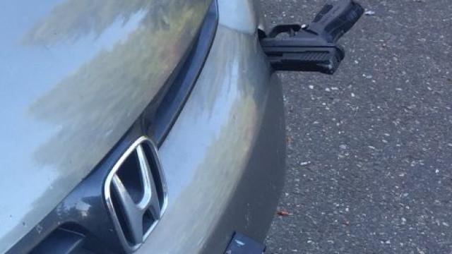 Descobriu uma arma presa no para-choques do carro