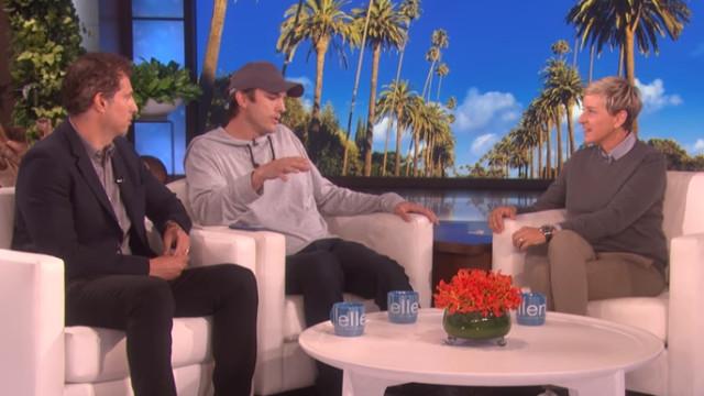 Ashton Kutcher e amigo surpreendem Ellen e doam quatro milhões a fundação