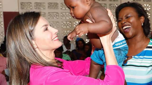 Rainha Letizia mostra o seu lado maternal em visita ao Haiti