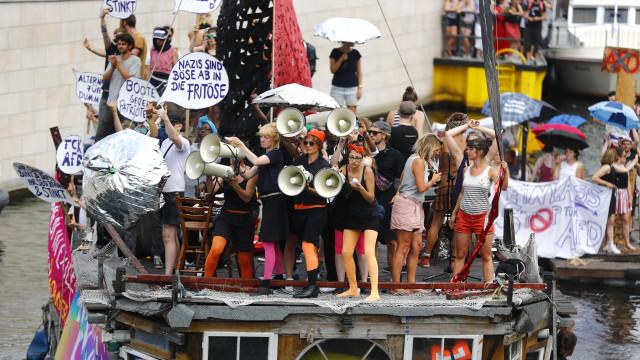 Manifestação da extrema-direita silenciada por celebração de diversidade