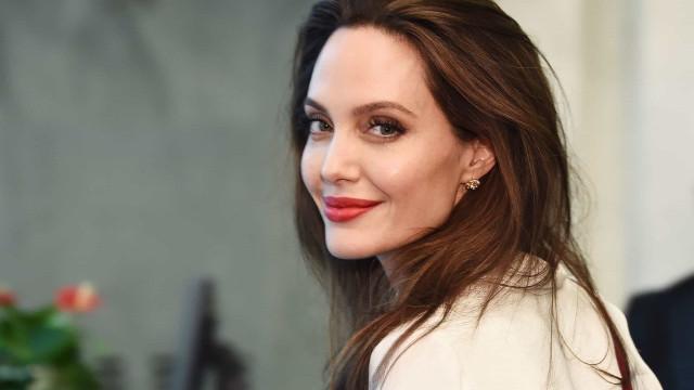 Descontraída, Angelina Jolie desfruta de bons momentos com os filhos
