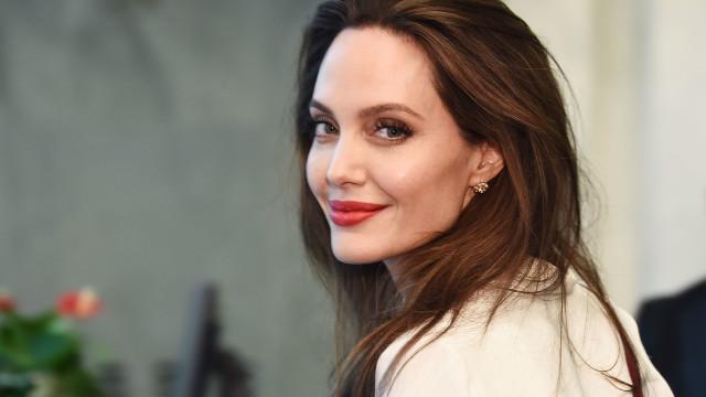 Angelina Jolie volta a dar nas vistas com o vestido 'perfeito' de verão