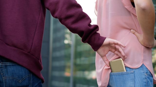 Casal estrangeiro entrou em restaurante e roubou carteira com 200 euros