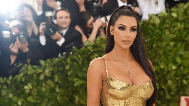 Kim Kardashian com look medieval... e decote explosivo