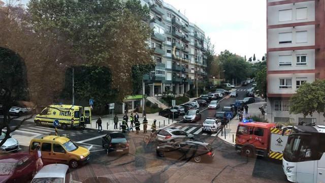 Acidente entre carro e ciclista no Restelo causa um ferido