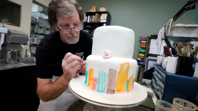Tribunal decide a favor de pasteleiro que recusou bolo a casal gay