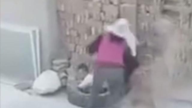 Pilha de tijolos caiu em cima de duas crianças enquanto brincavam