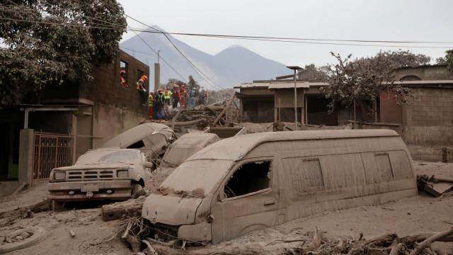 Cinzas, lágrimas e a luta pela sobrevivência após novo 'rugido' do Fuego