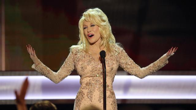 Dolly Parton e marido 'sonham' ter sexo a três… com Jennifer Aniston