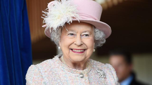 Rainha Isabel II distingue ex-prostituta com Ordem de Mérito