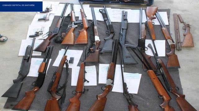 Homem apanhado com 21 armas fica em liberdade