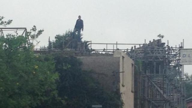 Está barricado há mais de um dia num telhado. Negociações em curso