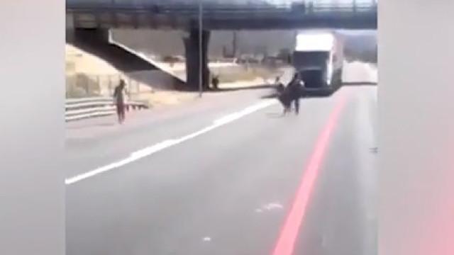 Crianças arriscam-se a ser atropeladas por camiões em jogo
