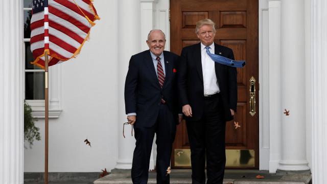 """Kim Jong-un """"implorou"""" a Trump para remarcar cimeira, diz Giuliani"""
