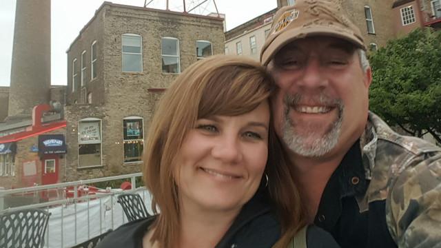 Prometerem casar-se se ainda fossem solteiros aos 50. Promessa cumprida