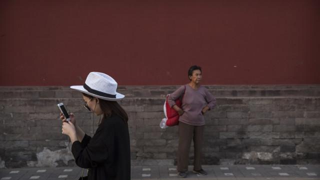 Cidade chinesa criou uma via no passeio para 'smartphone zombies'