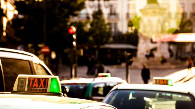 Taxistas voltam a protestar para impedir que 'lei Uber' entre em vigor