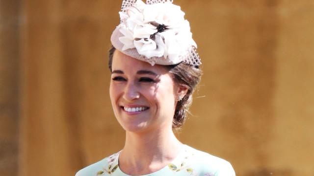Pippa Middleton exibe barriguinha de grávida no batizado do sobrinho