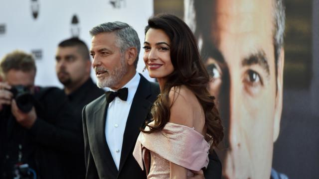 George Clooney prova ser um 'paizão' ao cuidar de gémeos em viagem