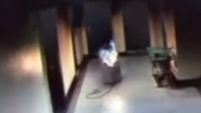 Homem é visto a retirar aquecedor em chamas de casa antes de morrer