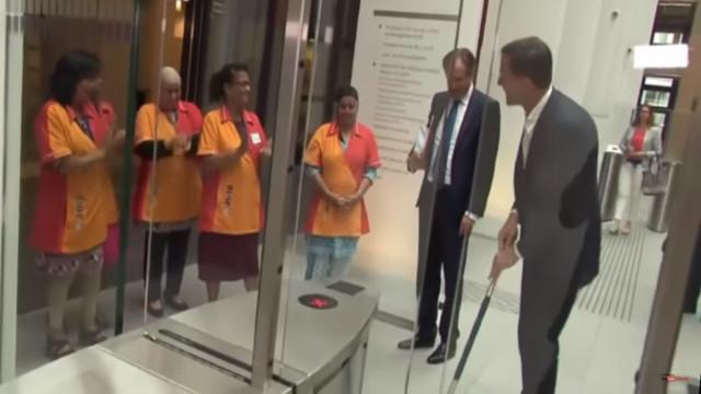Primeiro-ministro holandês entorna café e pega na esfregona. Houve palmas