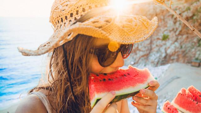 Esta fruta tem (também) benefícios para a pele, mesmo que não a coma