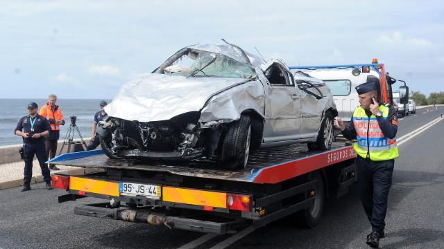 Carro cai ao mar depois de um acidente na Marginal de Cascais