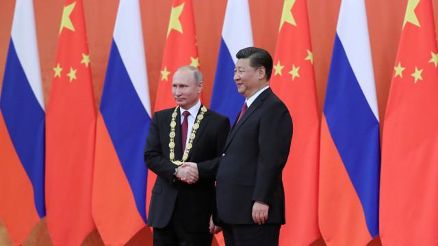 """Putin recebe """"Medalha de amizade"""" oferecida por Xi Jinping"""