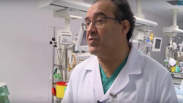 Cirurgião deixa SNS por limite de idade mas recusa abandonar atividade