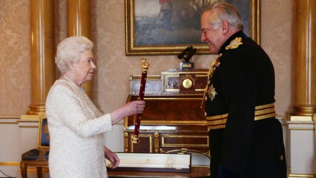 General Charles Guthrie cai de cavalo no aniversário da rainha Isabel II