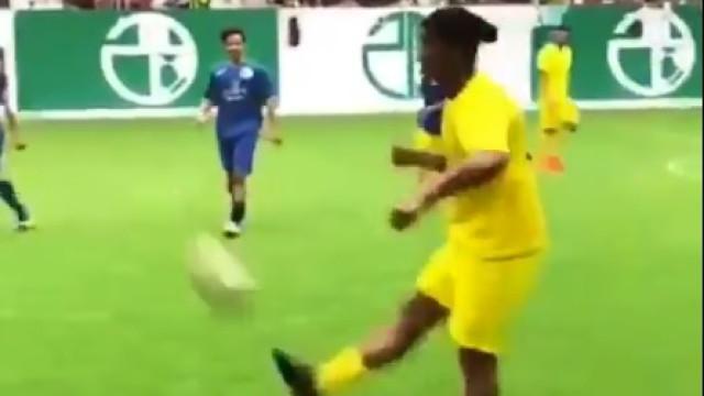 Já deixou os relvados, mas passes de Ronaldinho ainda impressionam
