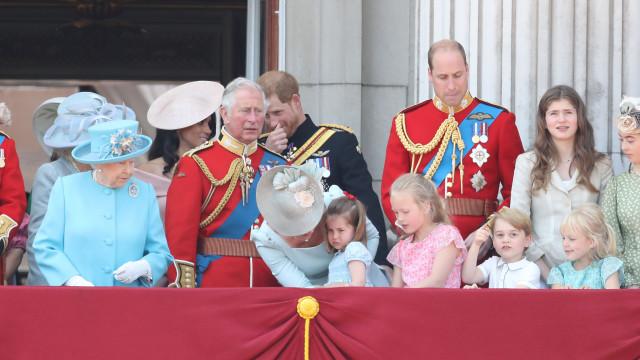 Prima do príncipe George tapa-lhe a boca em aniversário de rainha