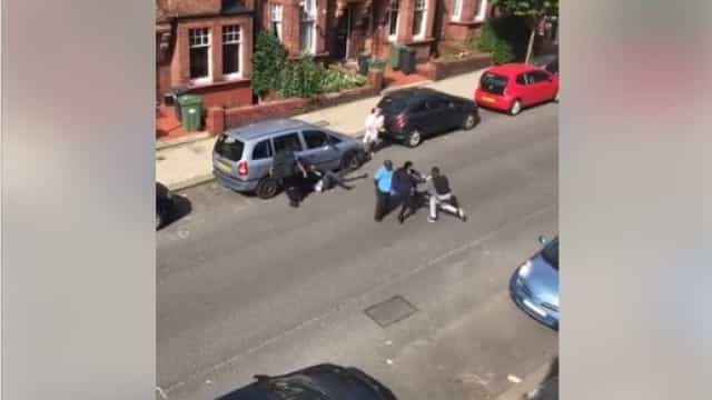 Vídeo mostra esfaqueamento de adolescente em Londres