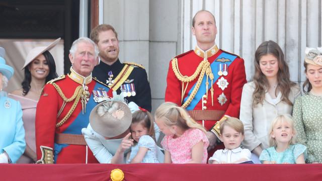 Princesa Charlotte cai durante evento real mas é 'salva' pela mãe