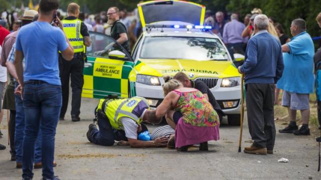 Mulher atropelada por cavalo e carruagem fica inconsciente