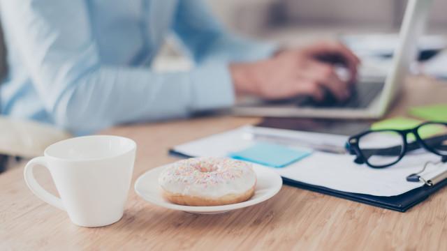 Durante o trabalho, tendemos a comer 1300 calorias a mais por semana