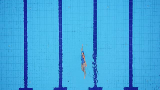 O cloro não elimina a urina da piscina, mas 'ajuda' à sua contaminação