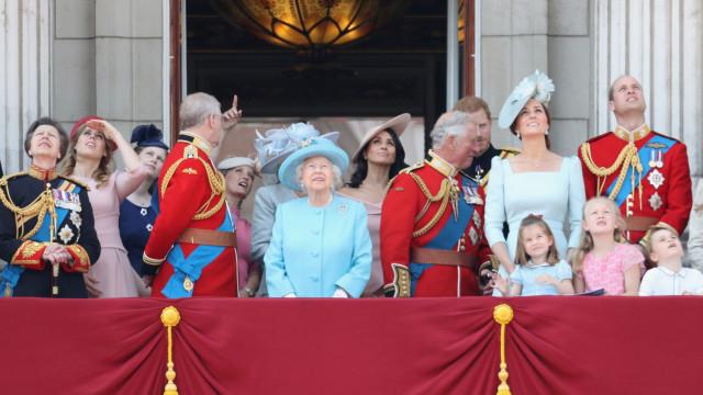Porque que é que Meghan ficou atrás de Kate na varanda do palácio?