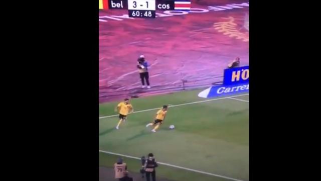 Hazard deu um 'chega para lá' a Carrasco e o empurrão já se tornou viral