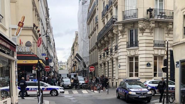 Rua em Paris evacuada. Homem armado fez dois reféns