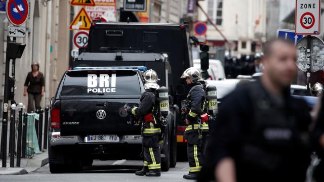 Rua em Paris evacuada. Homem armado fez três reféns