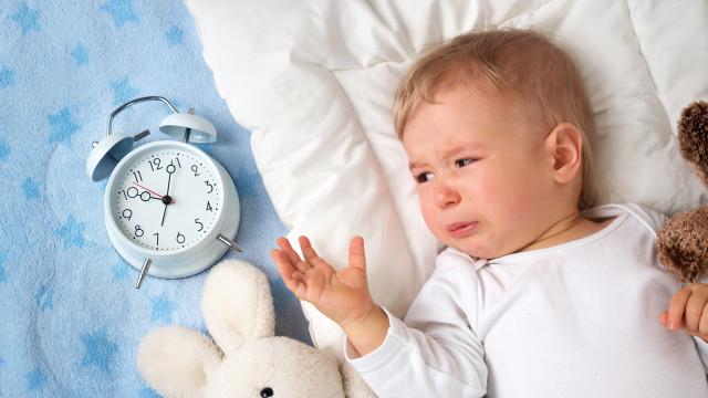Deixar o bebé chorar ou não? Entenda-se o método que divide opiniões