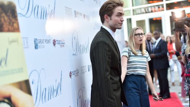 Robert Pattinson 'espalha' charme na passadeira vermelha