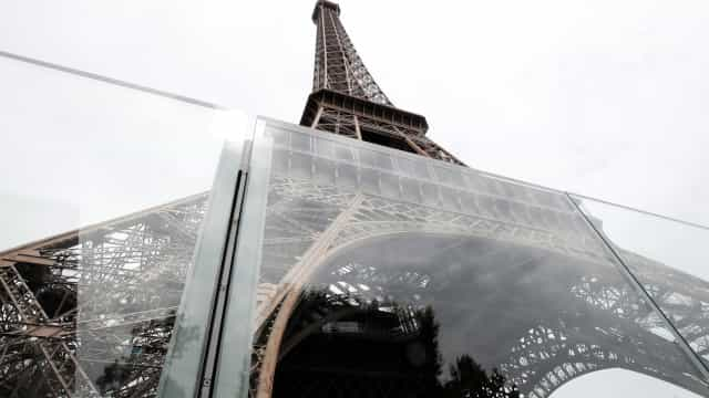 Torre Eiffel tem novo muro de vidro para proteger de ataques terroristas