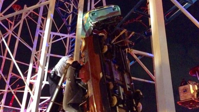 Montanha russa descarrilou e duas pessoas caíram mais de 10 metros