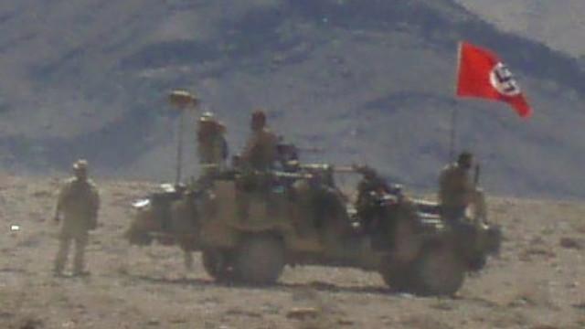 Soldados australianos no Afeganistão põem bandeira nazi em jipe militar